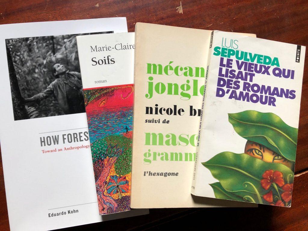 Pages couvertures des livres How Forests Think de Eduardo Kohn, Soifs de Marie-Claire Blais, Mécanique Jongleuse de Nicole Brossard et Le vieux qui lisait des romans d'amour de Luis Sepulveda